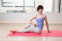 腰をひねって体幹を伸ばすポーズ